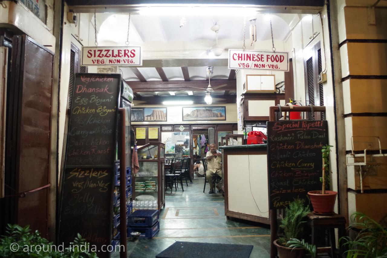ムンバイのイラニカフェ サッサニアンの店内を見る