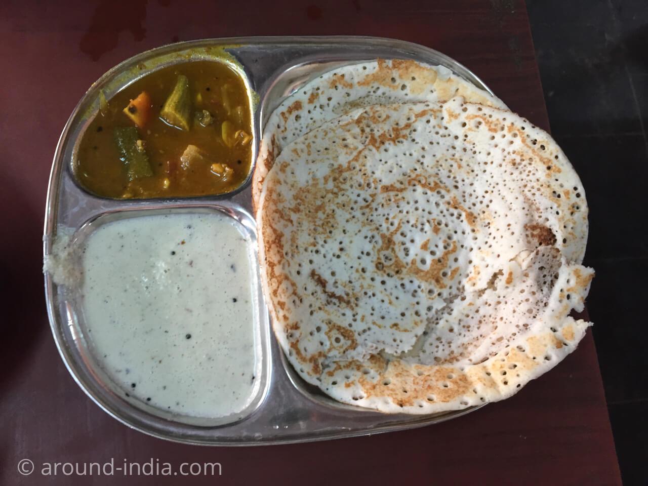 カヌールの食堂Sharanya のドーサ、サンバル、ココナッツチャトゥニ