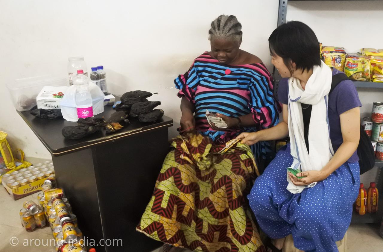 デリーINAマーケットのアフリカ食材店Mamma AfricaのマンマとAROUND INDIAの田村ゆみ