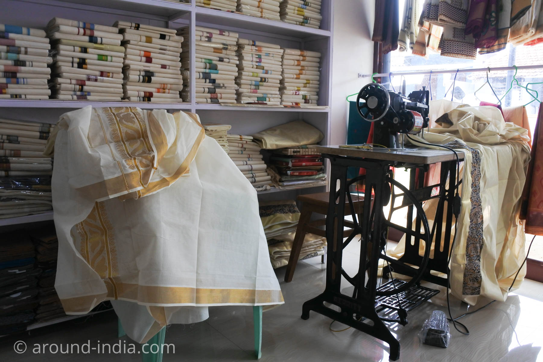ケララ手織物工房のショールームには機械織り製品がいっぱい