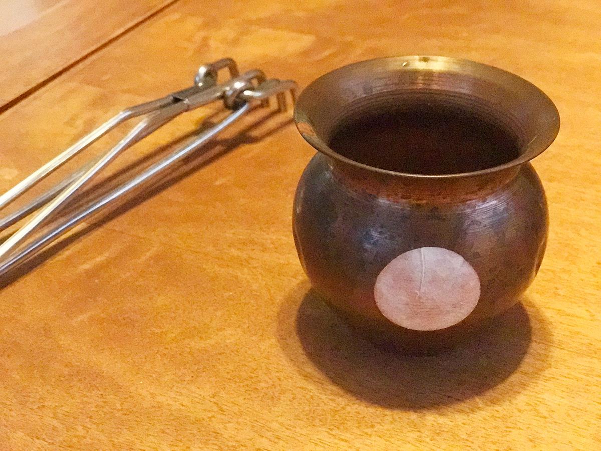 シールが貼られたインドの銅製ポット