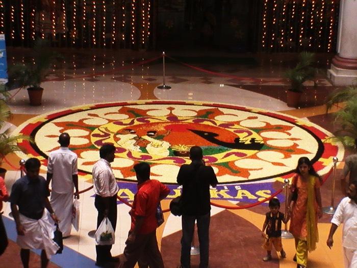 ケララの収穫祭オナムの巨大花飾りPookalamプーカラム