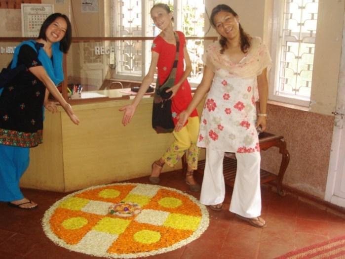 ケララのお祭オナム、PVAアーユルヴェーダ病院受付前のプーカラム