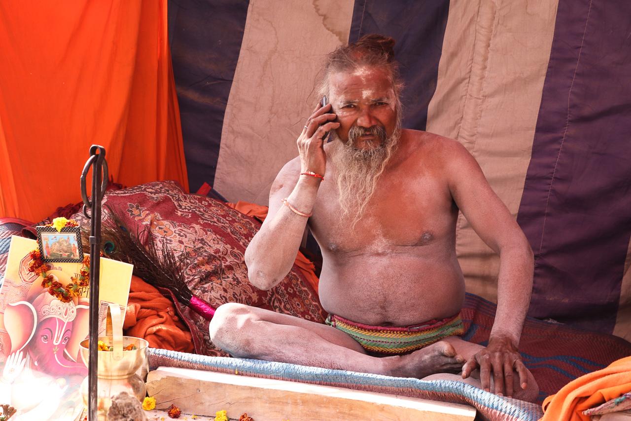 インドのお祭 クンブメーラ 携帯で話す裸のサドゥ naga sadhu mobile phone