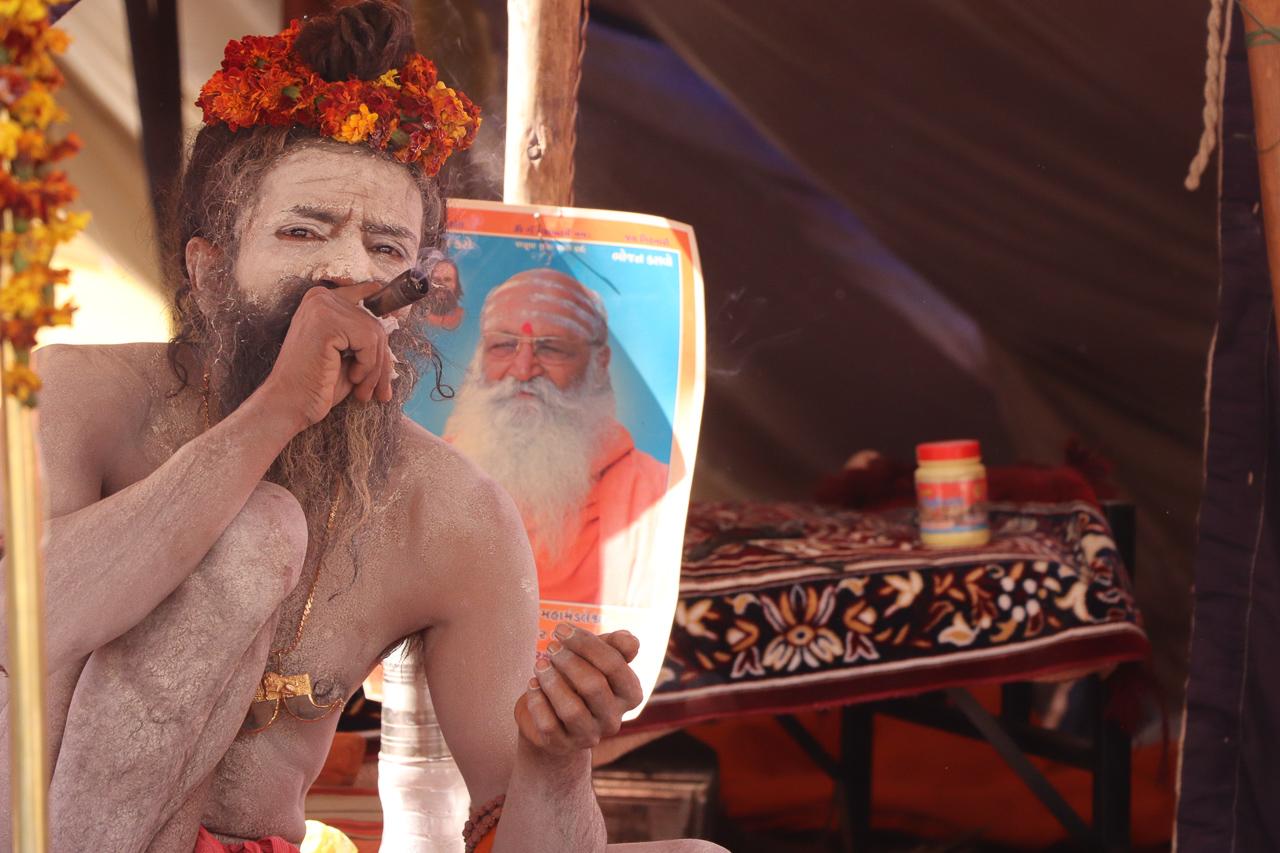 インドのお祭 クンブメーラ 大麻を吸う裸のサドゥ naga sadhu