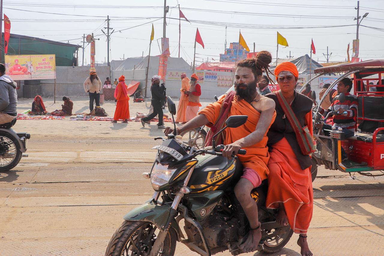 インドのお祭 クンブメーラ バイクに乗るサドゥ