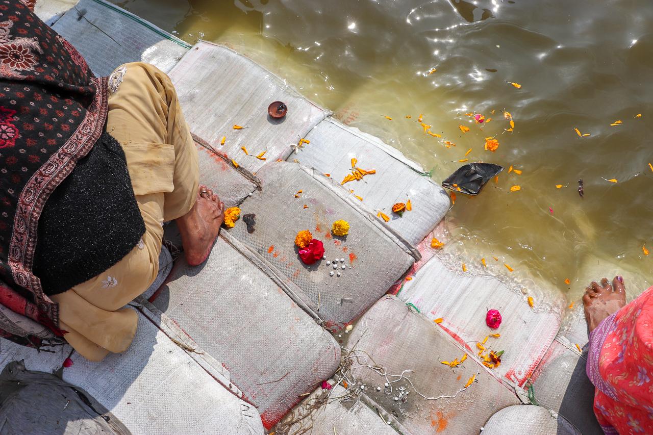 インドのお祭 クンブメーラ 沐浴時のお供え物