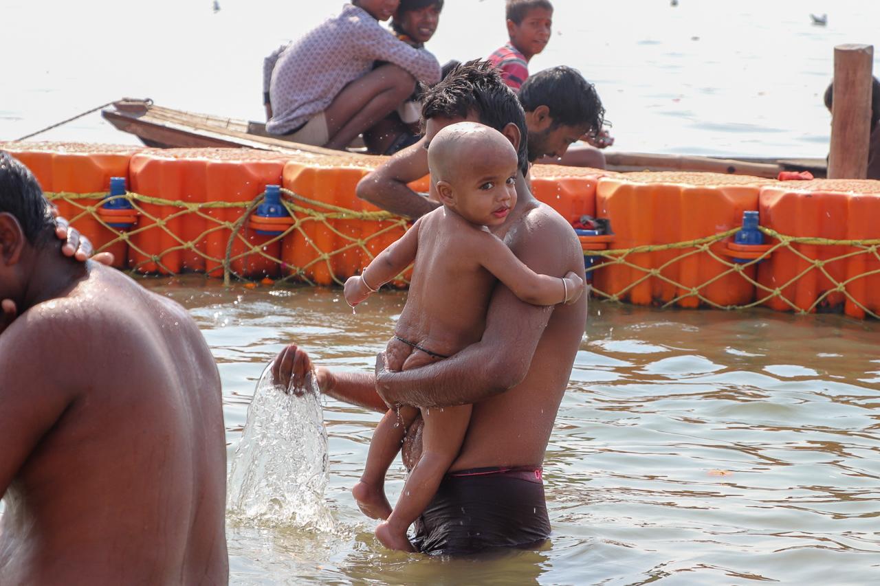 インドのお祭 クンブメーラ 赤ちゃんの沐浴