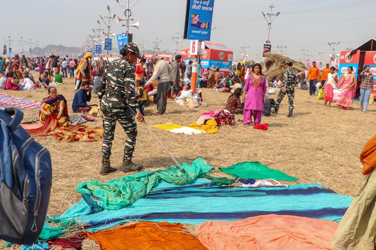 インドのお祭 クンブメーラ サリーをどかす警察官