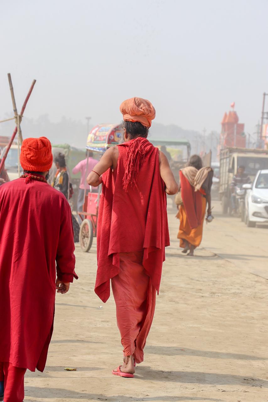 インドのお祭 クンブメーラ 背が高いサドゥ sadhu