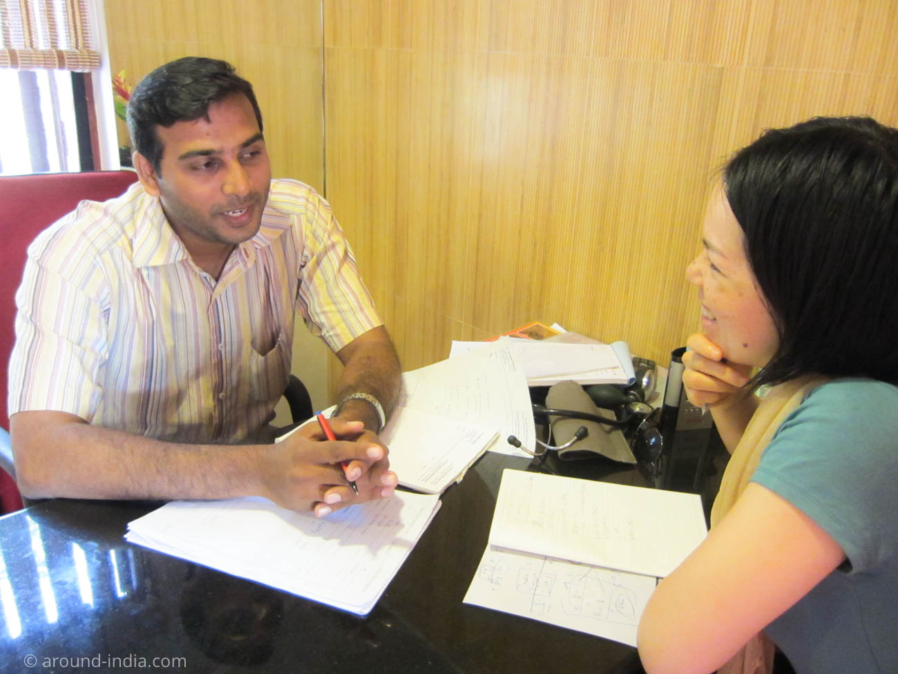 Asokam Beach Resort ケララのアーユルヴェーダ施設のドクターの診察を受けるAROUND INDIAの田村ゆみ