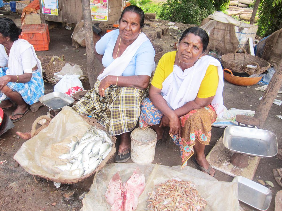 カヌール北部ニーレシュワルのマーケットで魚を売る漁師の奥さん