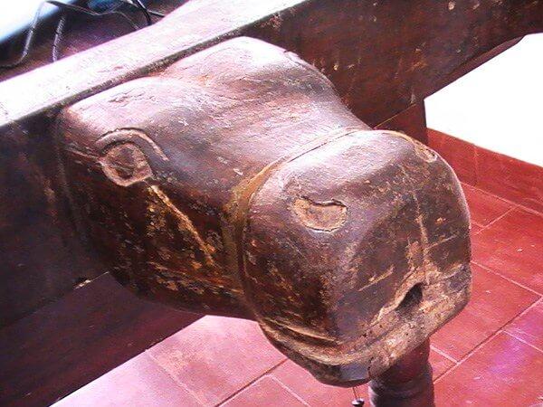 牛の顔が付いたアーユルヴェーダ専用マッサージベッド
