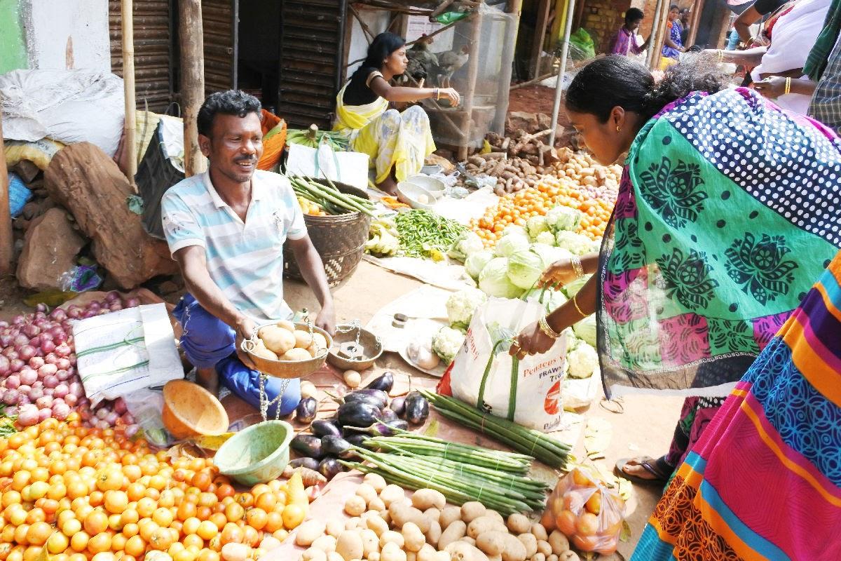 オリッサ・少数民族マーケットの市場。野菜売り