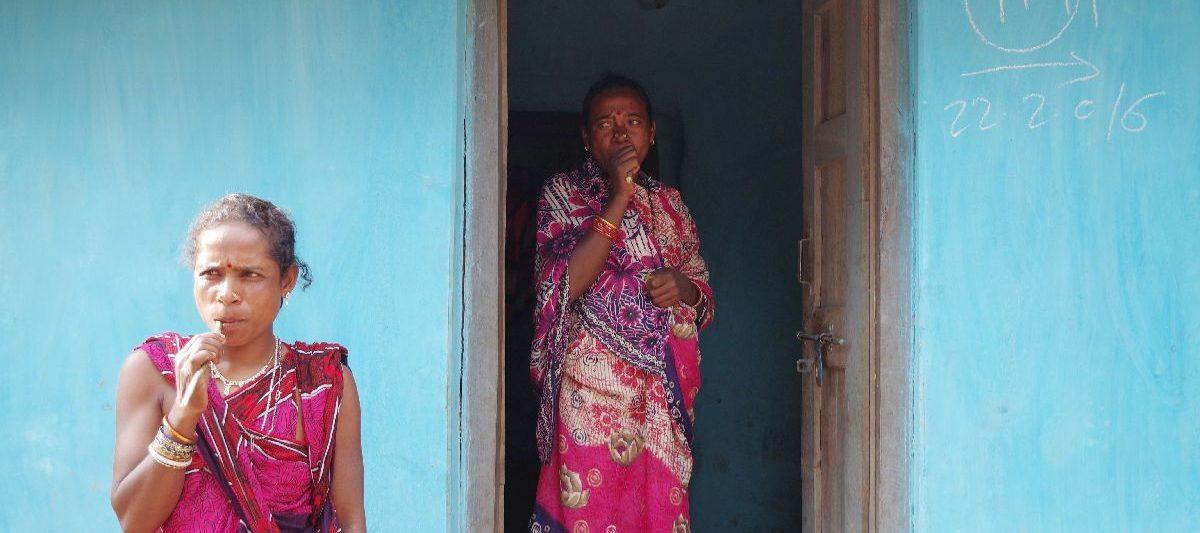 朝ニームの枝歯ブラシで歯磨きするオリッサ州の少数民族の女性たち