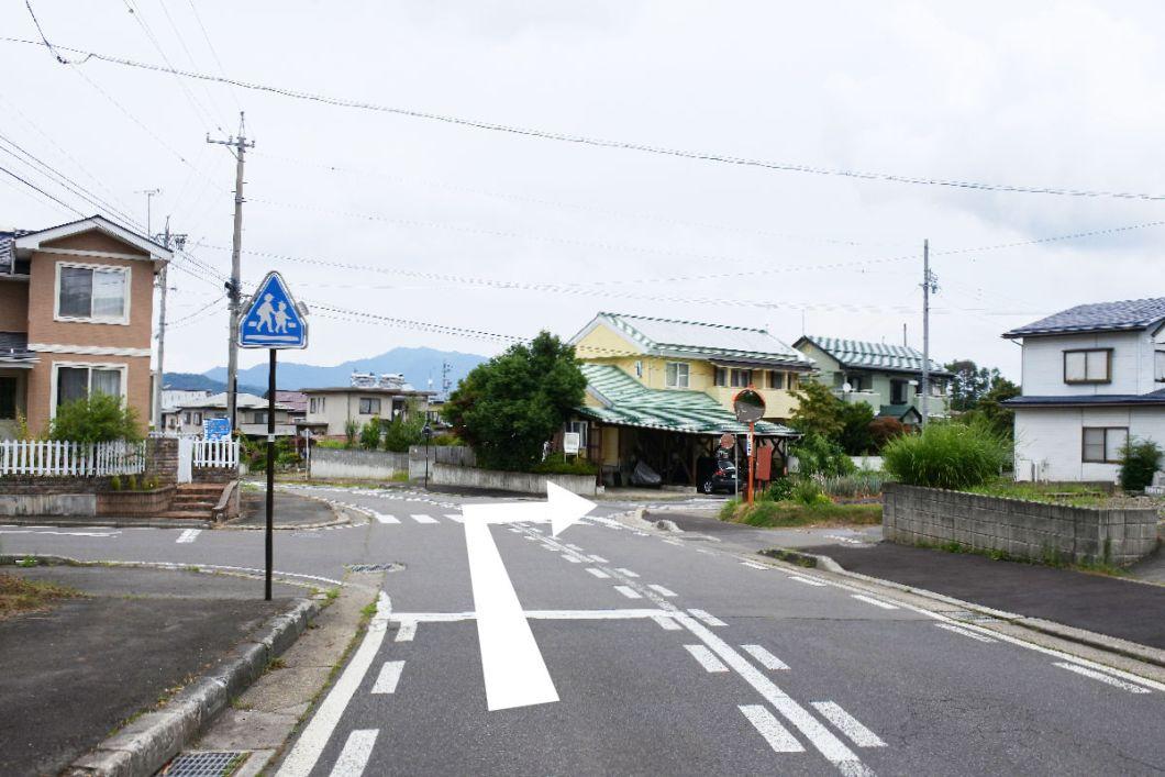 モンマルシメへのアクセス、黄色い壁のお家を右折