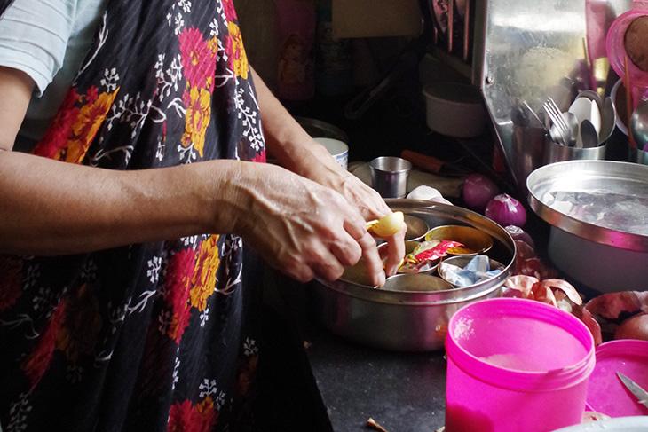 タハリ用のスパイスを調合するお母さん