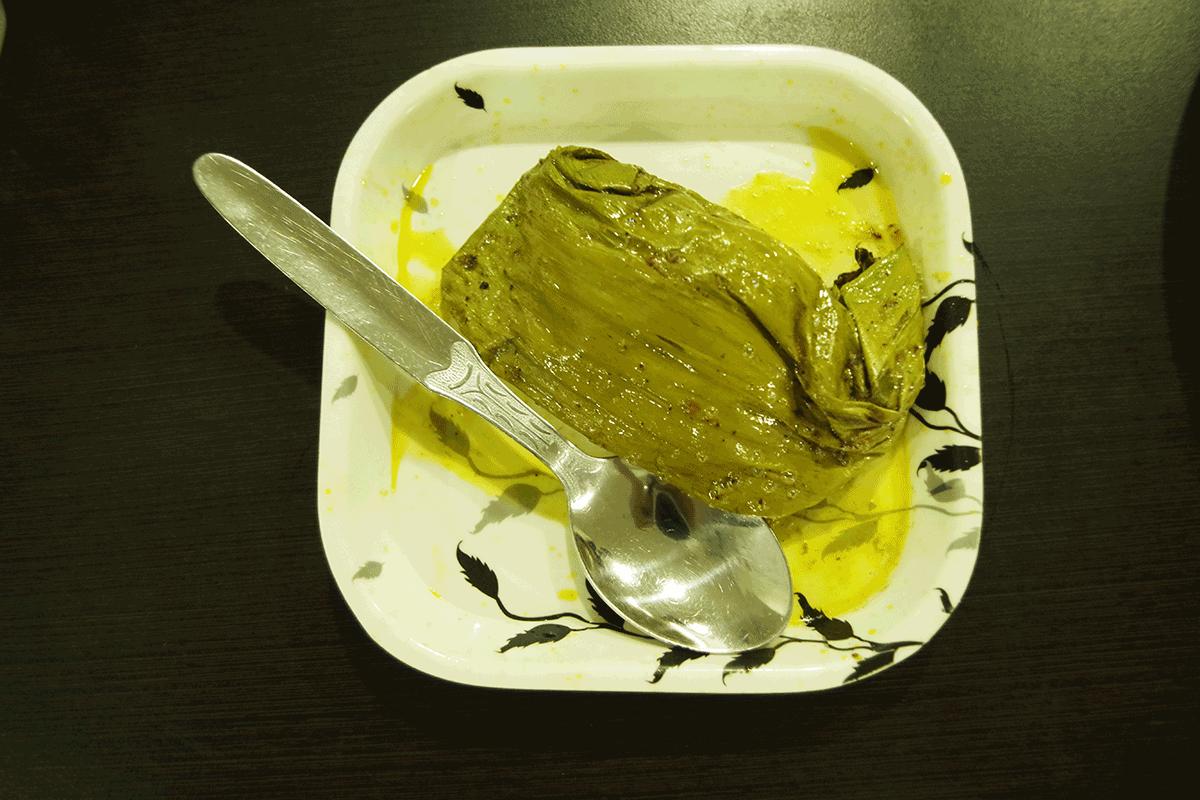 Bhetki Paturiバナナの葉に包まれているところ