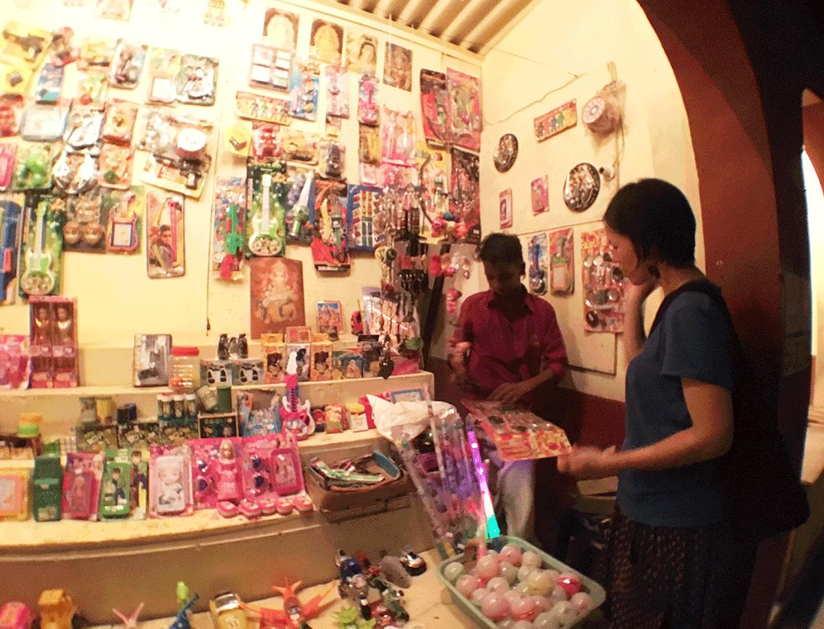 夜店でインドのおままごとセットを見せてもらっているAROUND INDIA田村ゆみ