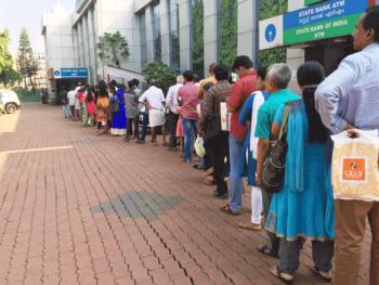 インドの銀行に行列する人々