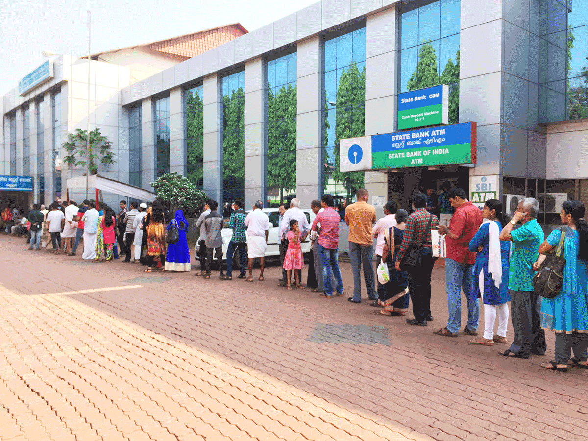 インドで銀行に行列する人々