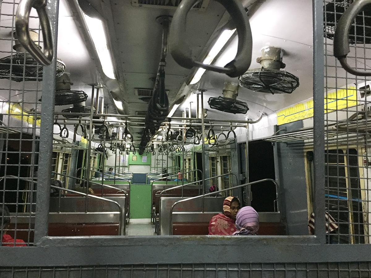 金網がちょっと監獄感のある電車内部