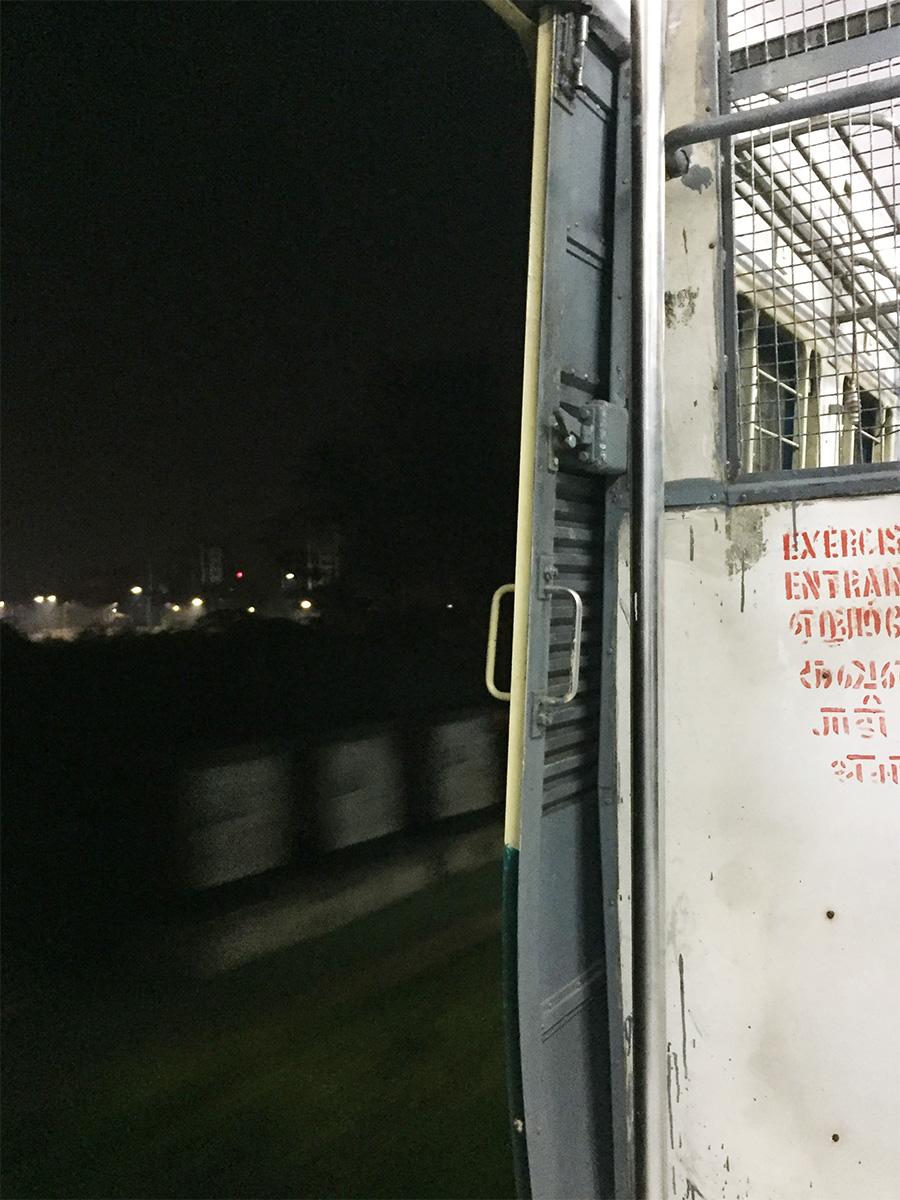ドアを開けっ放しで走る早朝のチェンナイローカル電車