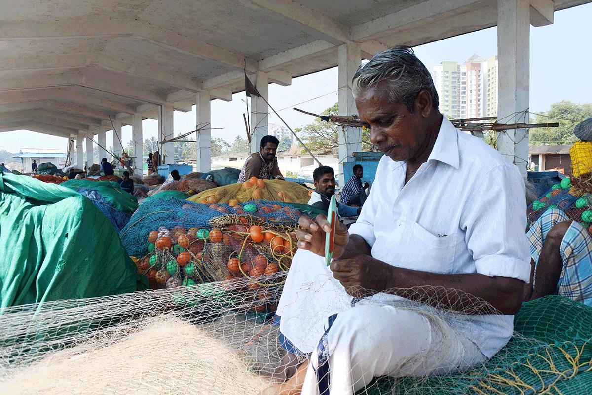 ケララ州カヌールの漁港で会った漁師さん、網の修繕