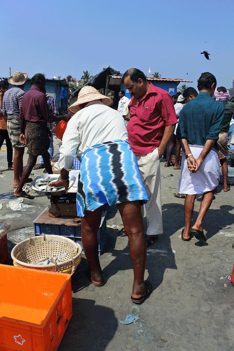 ケララ州カヌールの海辺の青空フィッシュマーケット、ポップなおじさん