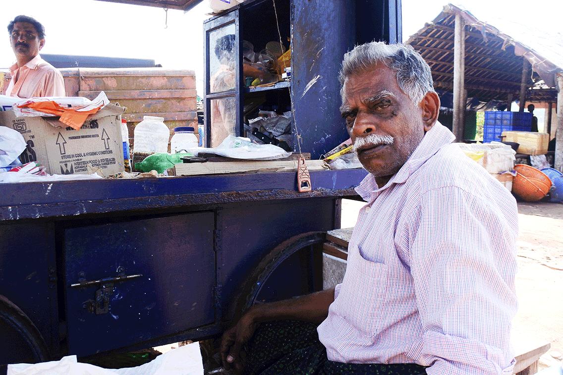 ケララ州カヌールの漁村、チャイを飲むおじさん