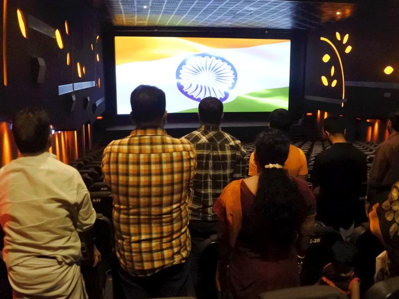 映画の前に国会斉唱 するために立ち上がったインドの人々