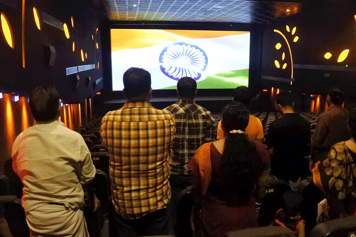 インドあるある:映画が始まる前に全員で国会斉唱します