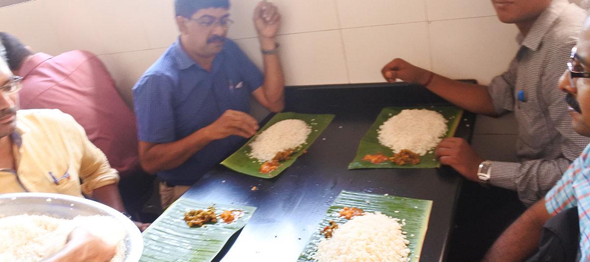 Ohden hotelでお米を盛っているところ