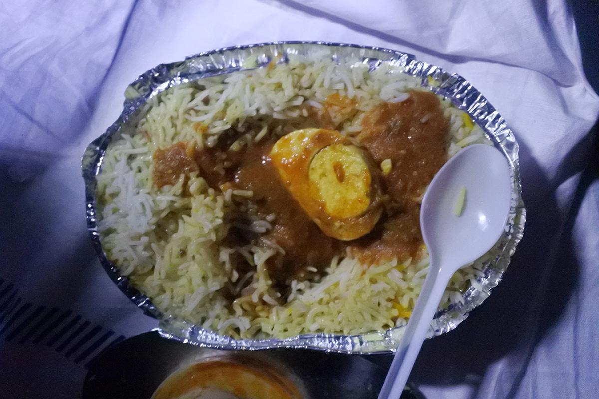インドの電車で食べたビリヤニ弁当