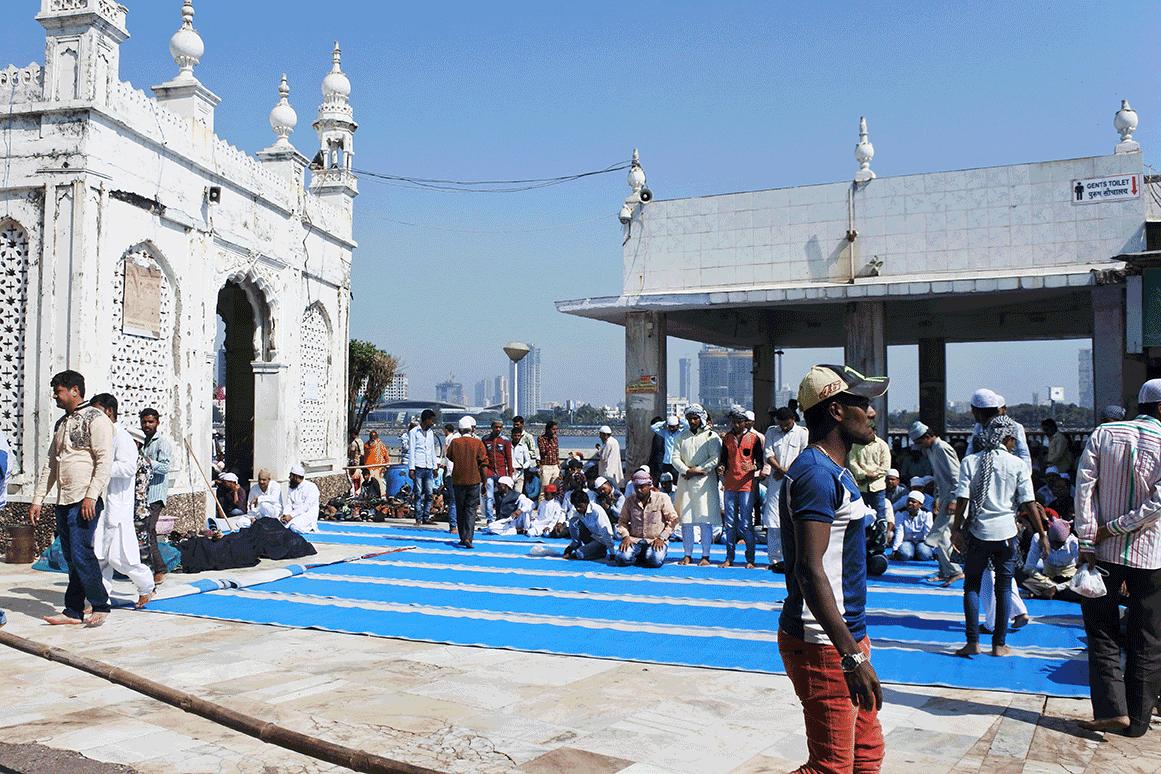 モスクの外に敷かれたお祈り用シート