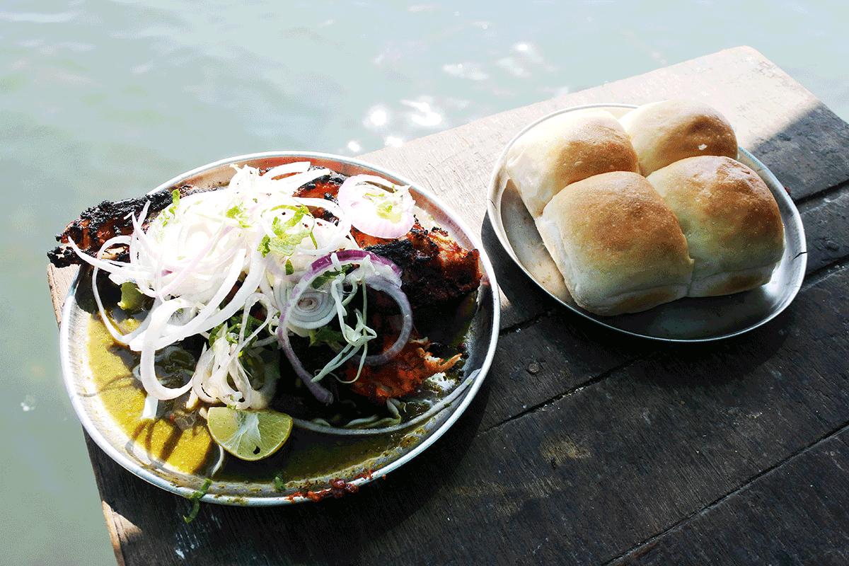 ハジアリで食べた炭火焼き肉とパン