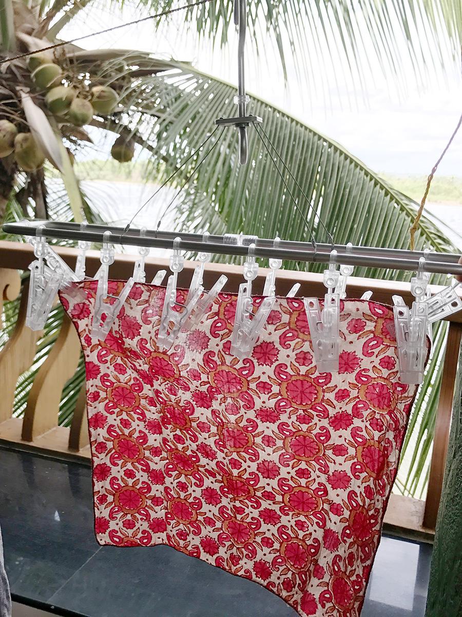 洗濯ロープにかけた無印良品の小物干し