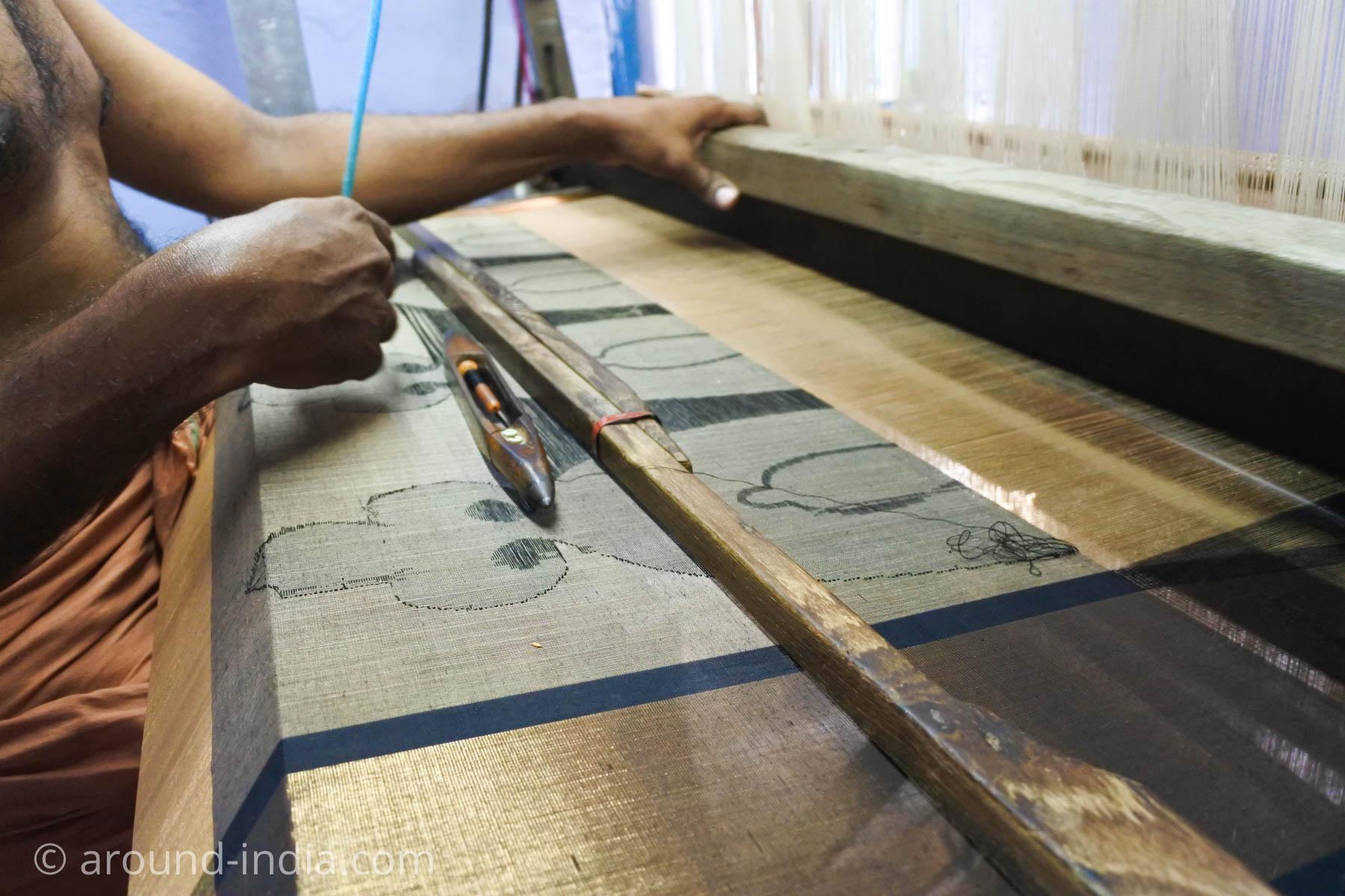 ケララ州パラッカドの織物工房 柄物を織っている所