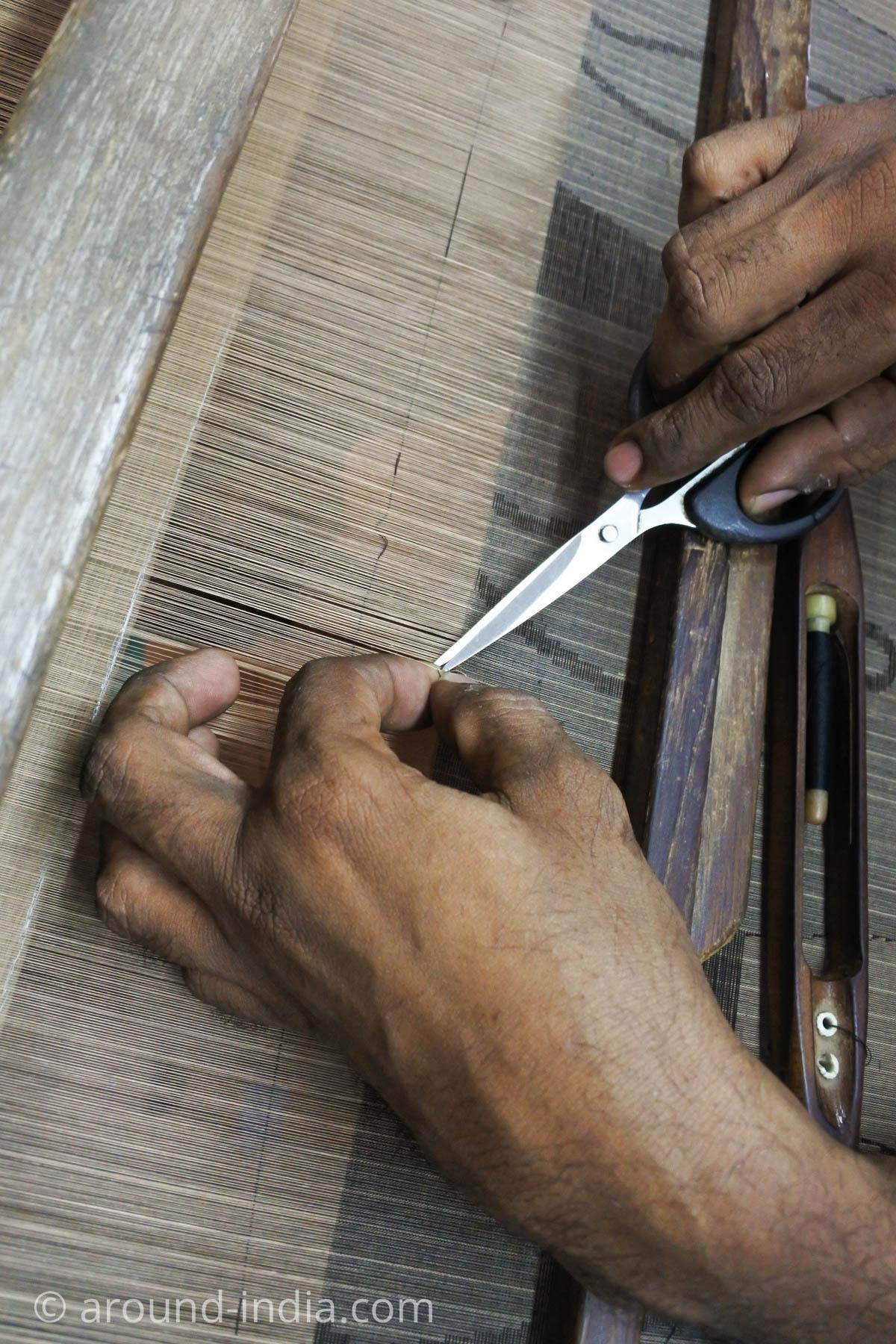 ケララ州パラッカドの織物工房 ハサミでカットしているところ