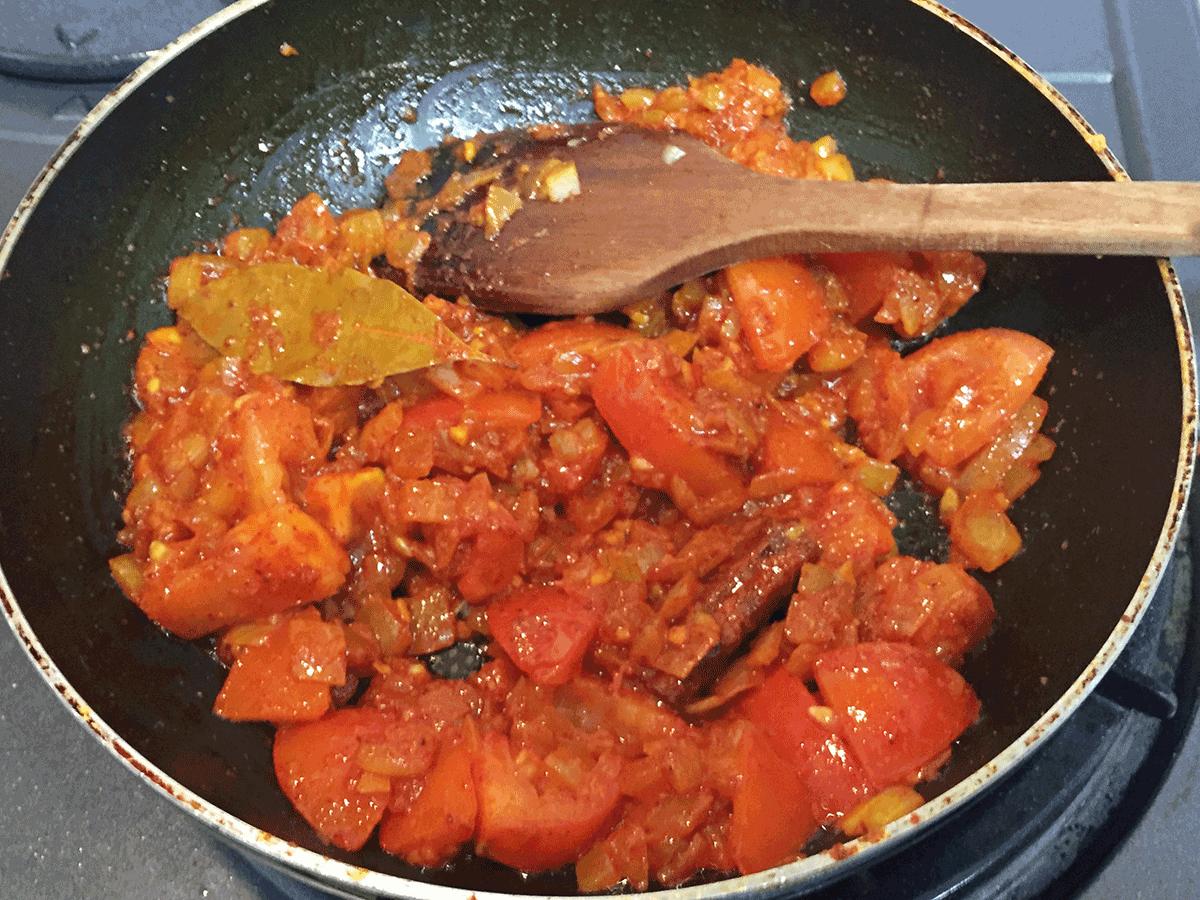 チキンキーマカレー、ぶつ切りトマト