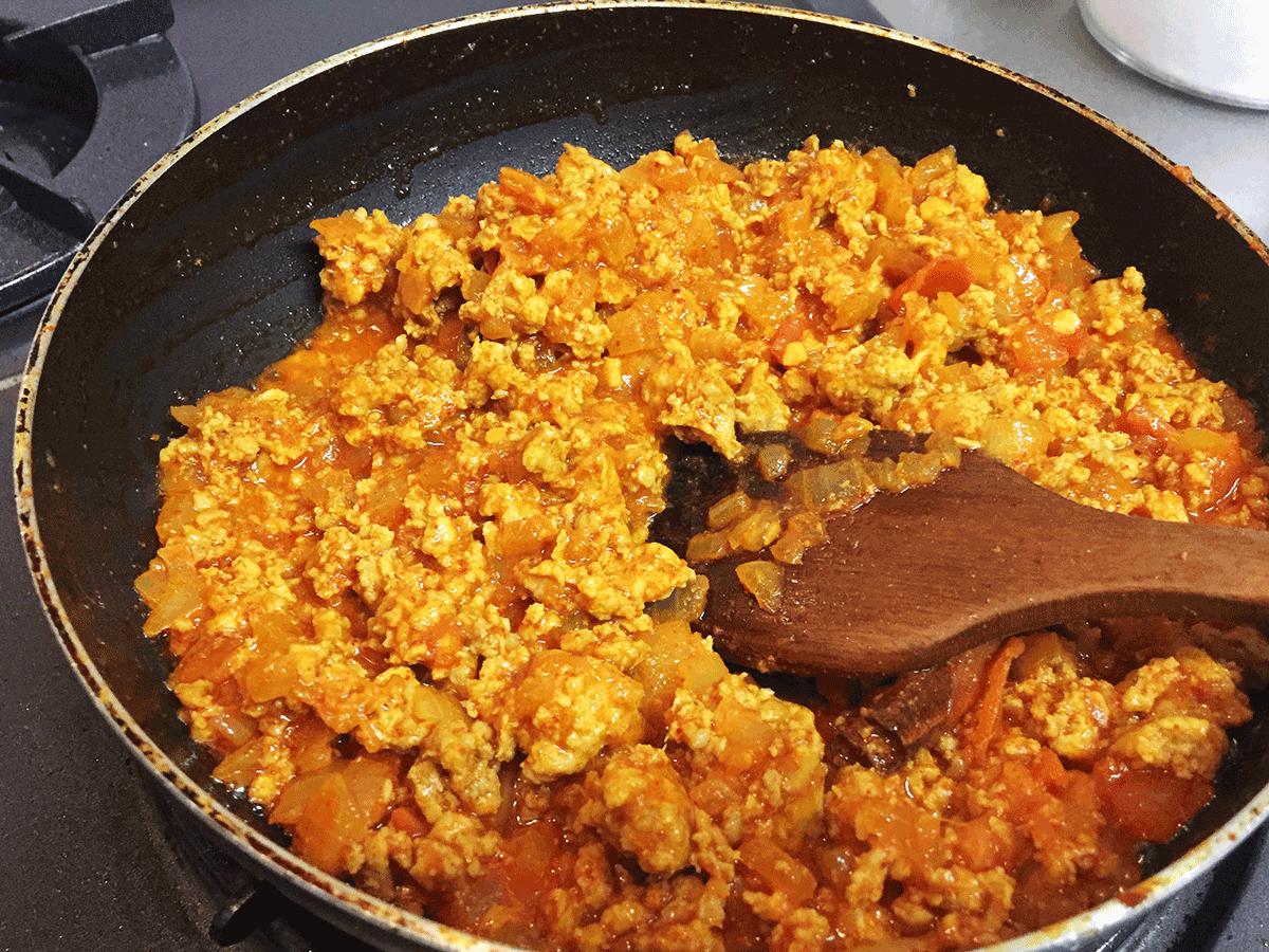 チキンキーマカレー、ひき肉入れて炒めているところ