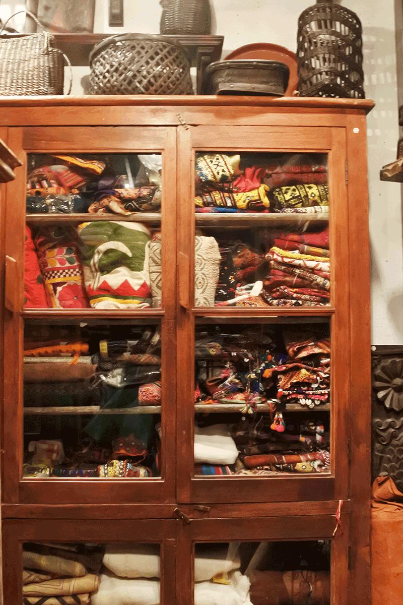 グランピエ、アップリケや刺繍など貴重な布キャビネット