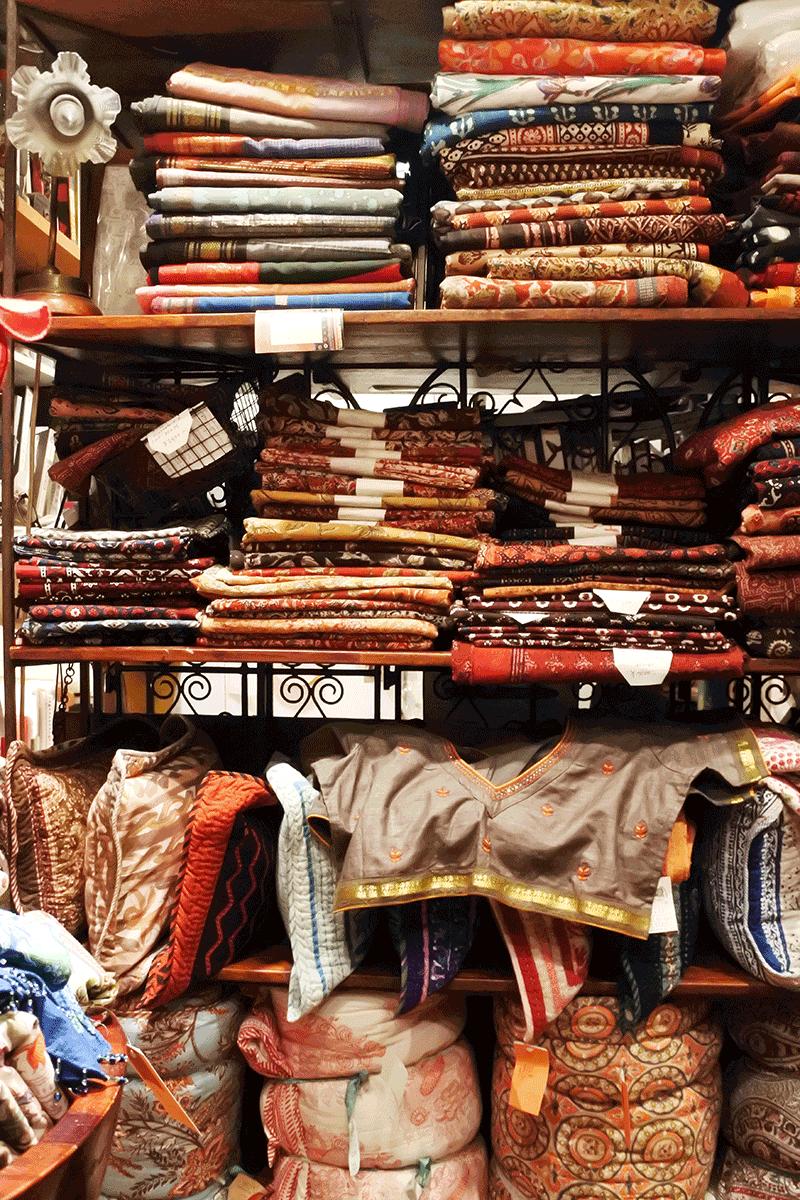 グランピエ、インドのサリー用ブラウスや生地の棚