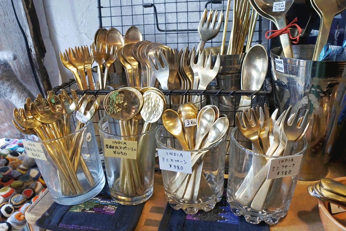 グランピエ、インドで作らせている真鍮カトラリーコーナー