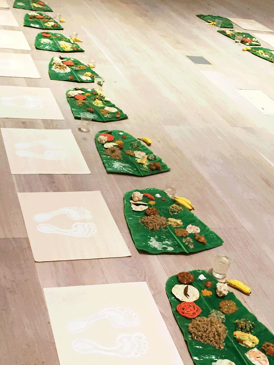 床にずらりと並べられたミールス、食べ残し