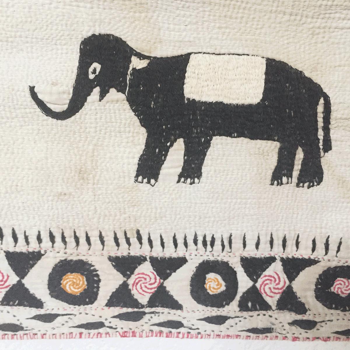 岩立フォークテキスタイルミュージアムのカンタ遠景、ヒンドゥー教徒のの像