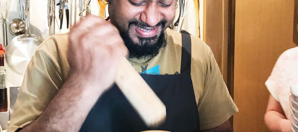 スリランカ料理KING LIONのスリランカチャイを作っているところ