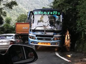 ニルギリへの道中、山道の渋滞。バスすれすれ