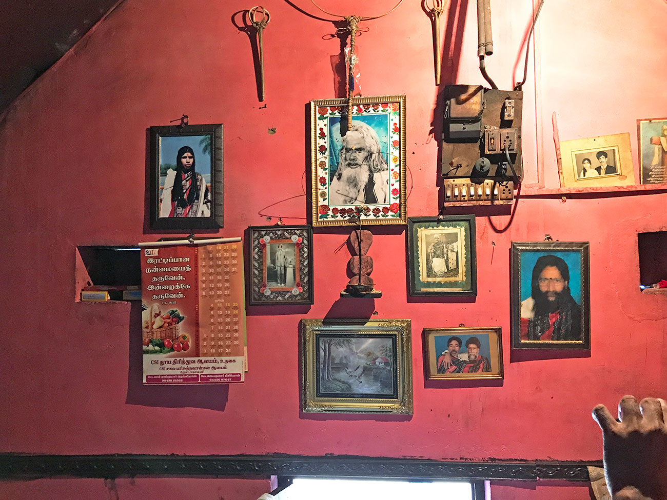 トダ族の一般家庭の内部、先祖のお写真