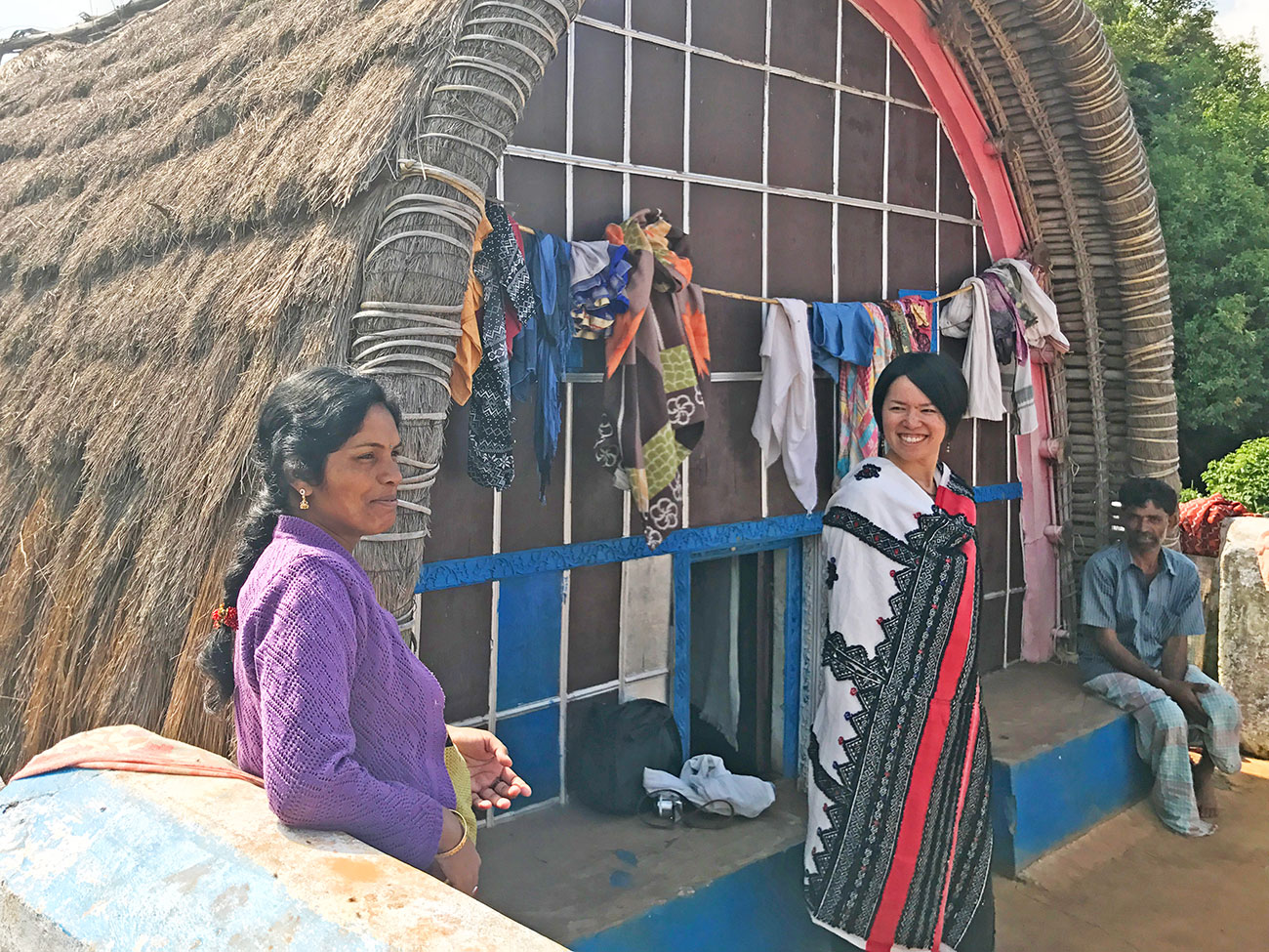 トダ族の衣装を貸してくれた女性とAROUND INDIA田村ゆみ